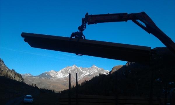 Kranarbeit Brücke in Alp Faller